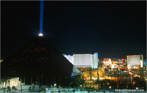 Image of Luxor Hotel in Las Vegas at night